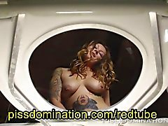 Biondi Tattooed Girl Pisciare di POV