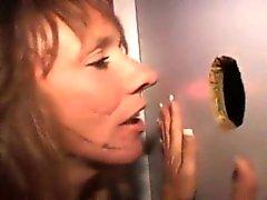 Грязный Brunette Неряха хлебает члена через квадратное отверстие со Глори Хол