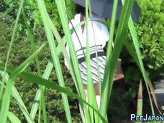 pees asiatiche in parco pubblico