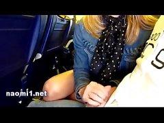Naomi à la main dans l'avion