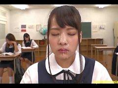 Abe Mikako получает массовое лицо Bukkake в классе Continual Cumshots Фантастическая сцена Jav