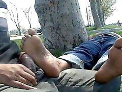 Зрелые индейца ног массировал и петух протер в общественных