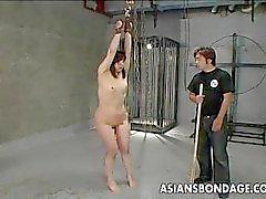 Asia puta obtener culo azotado y ella grita