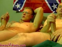 Indivíduo rural facialized depois de se masturbar ao lado homossexual