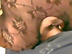 Des collants assise de le visage et le la fellation sur un canapé