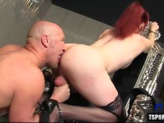Transexuelle chaude baisée dur avec éjaculation