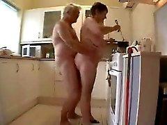 Farmor och farfar har kul i köket