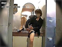Amateur asiatische CD in der public bathroom