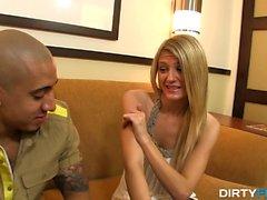 Amanda é uma garçonete quente em um clube de strip local e