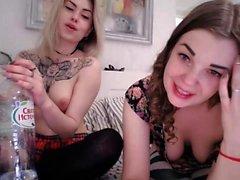 Rubia y pelirroja lesbianas teniendo diversión juguetes sexuales