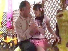 Adolescente Japanese Girl é fodido por seu pai Passo no lugar de brinquedo