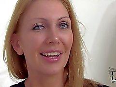 cougar traviesa pone de manifiesto hooters impresionante en la entrevista