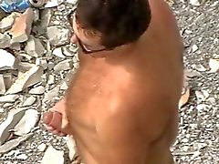 Daddy гладит своего огромный член на берегу моря