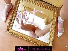 betoverende schoonheid spelen met spiegel