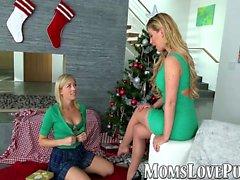 maman lesbienne et mignon bang belle-fille le jour de Noël