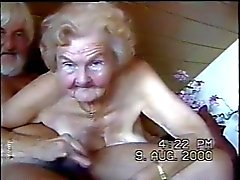 la abuelita le encanta chupar