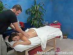 De allie seduzido e fodido por dela terapeuta da massagem sobre escondida