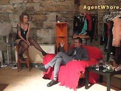 Рыжая шлюха делает агент сексуальные танец новичка парнем