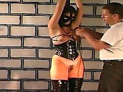 O mestre amarra a cadela horny e spanks seu duro