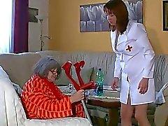 Lesbo Granny ja mukava woman masturboimassa yhteen , vesileikkejä