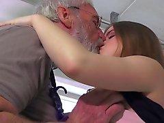Großvater bestrafen Teenie mit Arsch Schlag und großen Schwanz schieben