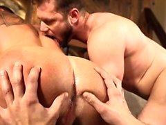 Muscoloso trio gay con creampie
