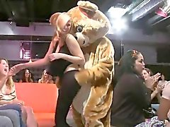 Unga pratty flicka älskar att suga rod offentligt