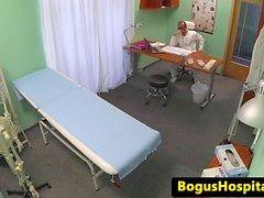 Тощие впрыскивает больной в то время пальцами Doc Vág