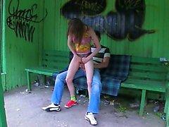 La nostra prima l'erba sessuale nella stazione degli autobus