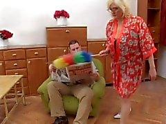 Oma bekommt Sperma im Gläsern