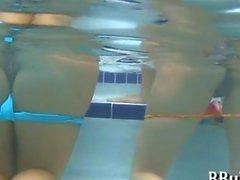 Rund Hintern eine heißes Baby unter Wasser