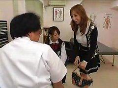 Entzückendes japanisches Mädchen mit schönen Titten wird auf dem Ma gefickt