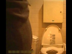 Женская туалетная комната в универмаге