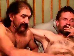 Med mogna rednecks tilltalande deras kukar