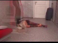 Esmer esnek sarışınla oynar
