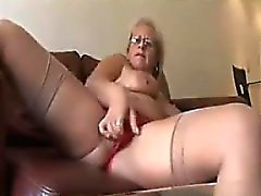 Insolent grand-mère se masturbe