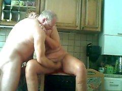 opa verwent zijn vrouw içinde de keuken