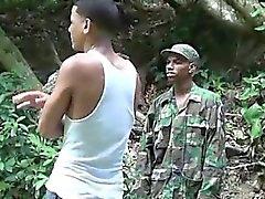 Penis liebende militärischen Jungen Schläge ein Junge