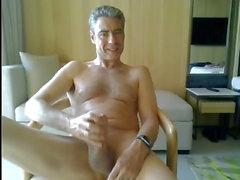 pai se masturbando em seu quarto de hotel