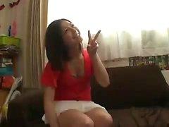 risos amadores japoneses, enquanto observa cara idiota o