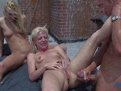 Big dick Geck fickt die crapout von zwei wunderschönen bisexuell blond Spermaschlampen