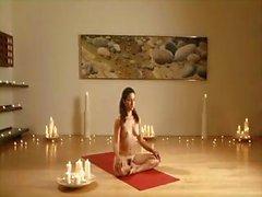 Brunette doet yoga naakt in een instructie-gids voor u om te leren