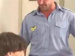 papá policía hombre arresto joven twink niño juguete batón chico policía