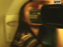 Aurita saugte einen fremden Schwanz im Flugzeug, während sie unterwegs war