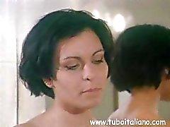 Esposa italiana morena está traindo seu marido batendo outro cara
