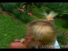 Блондинка подростка сосет Португалии и трахает большой петух на открытом воздухе