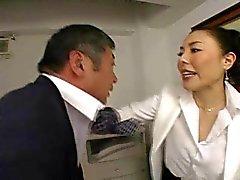 Японская Boss трахает ее сотруднику так трудно в офисе - Индекс РТС
