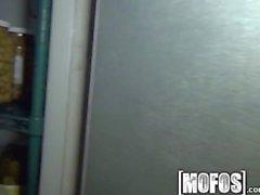 Mofos artık - Sexy Barmaid arka odasında dövülerek alır