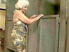 Бабка трахается в общественном туалете