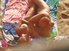 Relaciones sexuales en la playa nude
